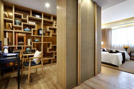 天然木纹饰面与麻灰墙纸色彩协调.