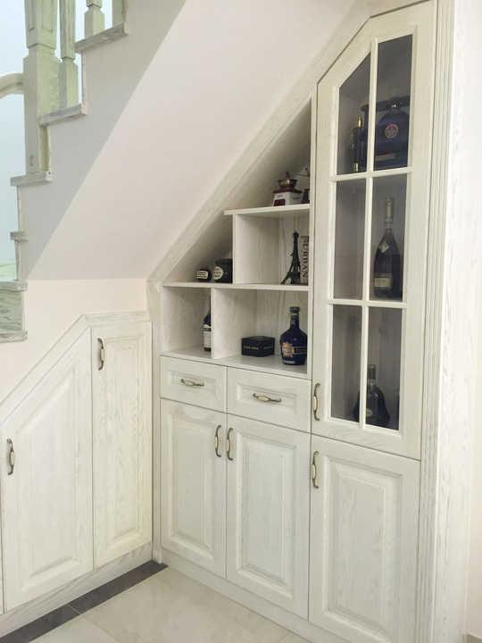利用楼梯下方的空间制作储物空间及酒柜,不仅图片