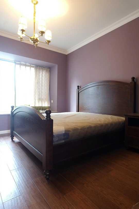 白色的护墙板和灰蓝色乳胶漆搭配实木