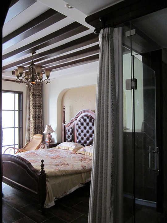 客厅采用欧式沙发,仿古地砖