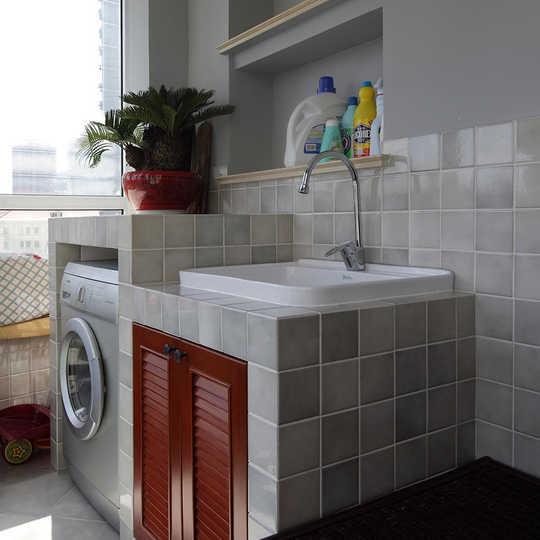 阳台洗衣机和水池的砖砌柜体,半高的