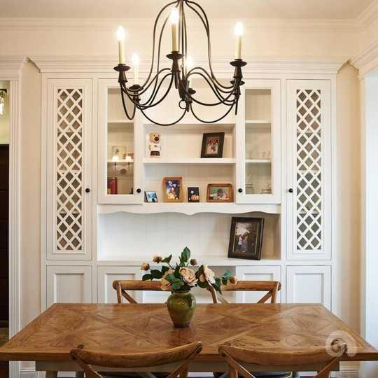 木质餐桌让用餐空间倍感温馨,背后的嵌入式酒柜图片
