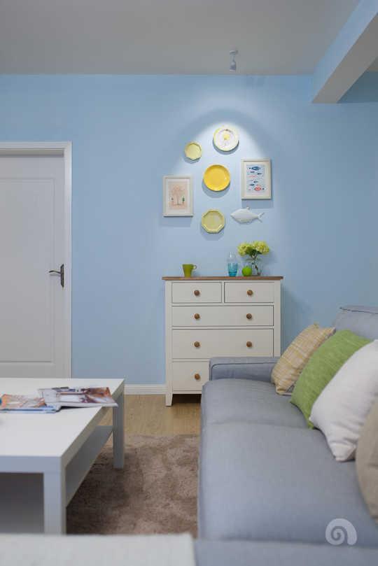 客厅选择了浅蓝色的墙面,和窗帘