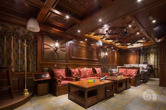 餐厅的设计突出了中式的元素和文