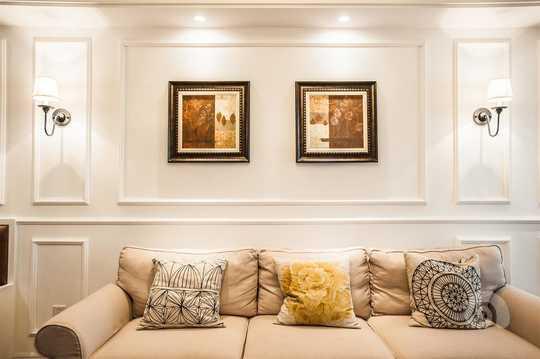 沙发背景墙采用石膏线条
