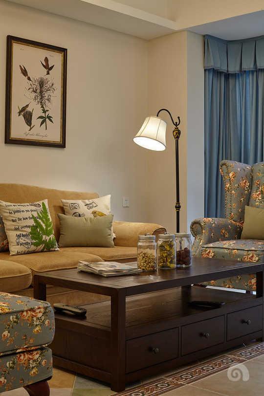 胡桃木的美式家私,搭配上色调清新的布艺沙发
