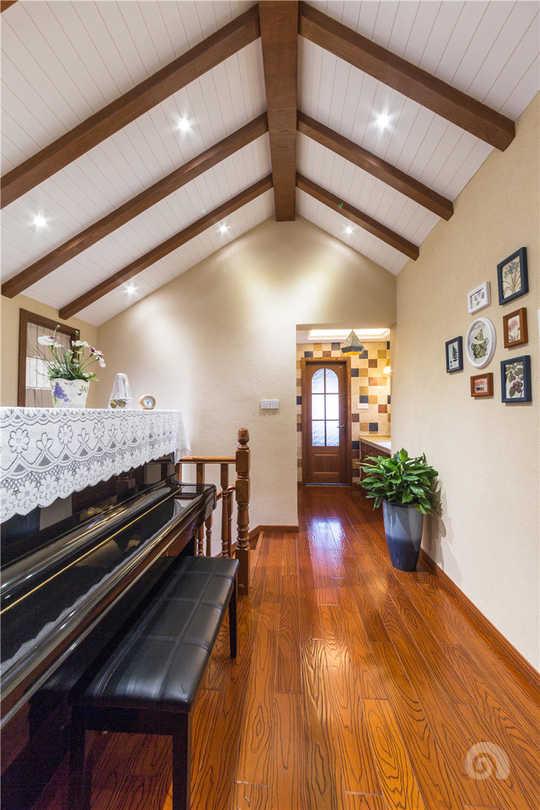 从楼梯墙的造型看客厅,墙面全部用的硅藻泥