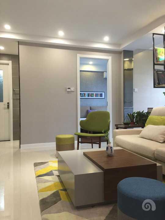 沙发一般背靠小房间,一半是休闲图片
