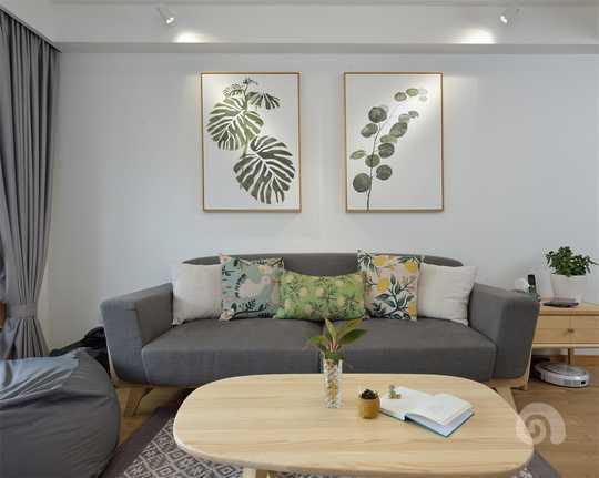 客厅里,设计师选用了木结构的布艺